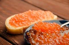 蓝色牌照 木板条 三明治用黄油和鱼子酱 免版税库存照片