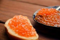 蓝色牌照 木板条 三明治用黄油和鱼子酱 免版税库存图片