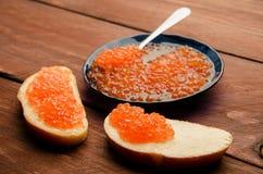 蓝色牌照 木板条 三明治用黄油和鱼子酱 库存照片