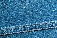 蓝色牛仔布材料纹理与缝特写镜头的 库存照片