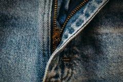 蓝色牛仔布牛仔裤宏观射击有被打开的拉链的 图库摄影