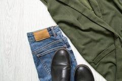 蓝色牛仔裤、靴子和一件高尔夫球外套 详细资料 时兴的conce 图库摄影