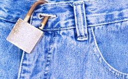 蓝色牛仔裤挂锁生锈 免版税库存照片
