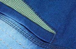蓝色牛仔裤气喘背景针特写镜头  库存图片