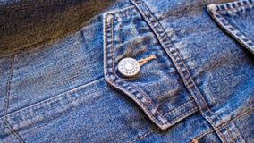 蓝色牛仔裤牛仔布口袋纹理与按钮宽图象屏幕的样式背景 库存照片