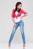 蓝色牛仔裤红色衬衣妇女 免版税库存图片