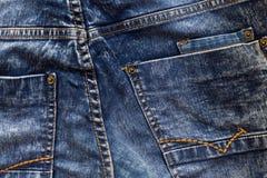 蓝色牛仔裤背景关闭 后面口袋 免版税库存图片