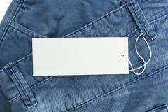 蓝色牛仔裤详述与白色空白的标记,关闭 免版税库存图片