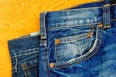 蓝色牛仔裤。 库存图片
