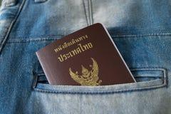 蓝色牛仔裤口袋泰国护照 库存照片