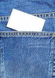 蓝色牛仔裤口袋witn名片 免版税库存照片
