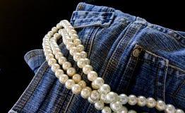 蓝色牛仔裤和珍珠 免版税库存图片