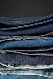 蓝色牛仔裤堆衣物 免版税库存照片