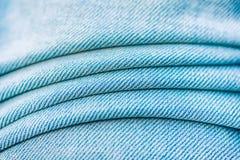 蓝色牛仔裤材料分开纹理 重点在中心 免版税库存照片