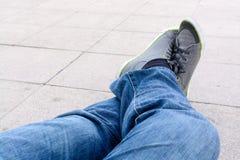 蓝色牛仔裤的人放松 免版税库存照片