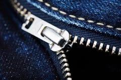 有拉链的蓝色牛仔裤 免版税库存图片