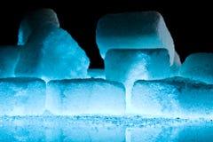 蓝色特写镜头求冰的立方 库存照片