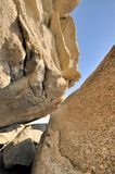 蓝色特色岩石天空纹理下 免版税库存图片