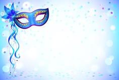 蓝色狂欢节面具和五彩纸屑轻的背景 库存图片