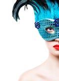 蓝色狂欢节面具的美丽的少妇 库存照片
