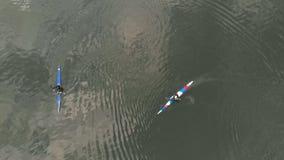 蓝色独木舟的运动员在河 r 活跃体育 与寄生虫的空气摄制 影视素材