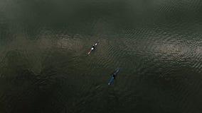 蓝色独木舟的运动员在河 r 活跃体育 与寄生虫的空气摄制 股票录像