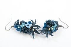 蓝色玫瑰耳环 免版税图库摄影