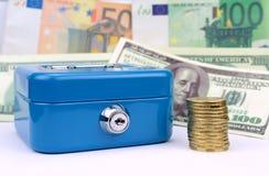 蓝色现金配件箱、硬币和钞票背景 库存图片