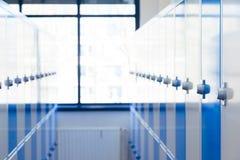 蓝色现代衣物柜 免版税库存图片