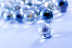 蓝色玻璃使球有大理石花纹 免版税图库摄影