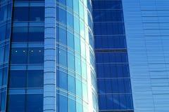 蓝色玻璃办公楼墙壁 免版税图库摄影
