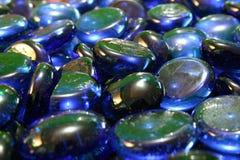 蓝色玻璃小卵石 免版税库存图片