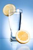 蓝色玻璃柠檬水 图库摄影