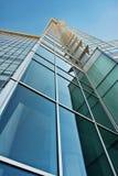 蓝色玻璃绿色办公室塔 库存图片
