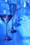 蓝色玻璃轻的马蒂尼鸡尾酒 免版税库存照片