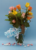 蓝色玻璃重点丝带玫瑰花瓶 库存图片