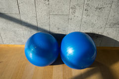 2蓝色瑜伽球 库存图片
