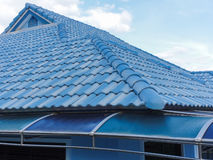 蓝色瓦屋顶 库存照片