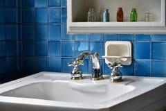 蓝色瓦片墙壁的洗手间的看法 免版税图库摄影