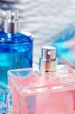 蓝色瓶粉红色 库存图片