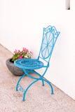 蓝色生铁咖啡馆样式椅子 免版税库存照片