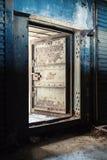 蓝色生锈了金属墙壁并且打开重的钢门 库存照片