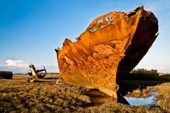 蓝色生锈的天空拖网渔船 库存图片