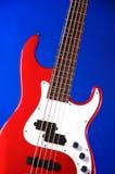 蓝色电吉他查出的红色 免版税库存照片