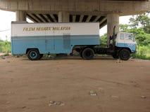 蓝色电影卡车在桥梁马来西亚下 免版税库存照片