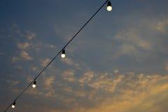蓝色电灯泡光天空 库存照片