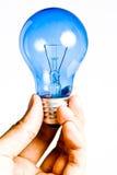 蓝色电灯泡现有量查出的光 库存照片