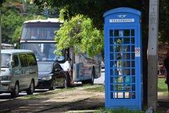 蓝色电话亭 免版税库存照片
