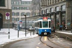 蓝色电车在瑞士苏黎士的市中心 库存图片