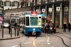 蓝色电车在苏黎世 库存照片